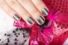 Mão com os pregos manicured cinza Fotos de Stock