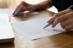 Mão com Pen Proofreading Imagens de Stock Royalty Free