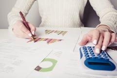 Mão com pena, calculadora, folha e gráfico fotos de stock