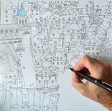 Mão com a pena que faz um desenho de Dubrovnik Imagem de Stock