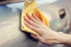 Mão com polimento de pano o carro fotos de stock royalty free
