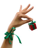 Mão com presente e curva Foto de Stock Royalty Free