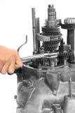 Mão com punho da catraca e a engrenagem mecânica Foto de Stock Royalty Free