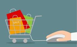 Mão com rato e carrinho de compras do computador com venda Fotos de Stock Royalty Free