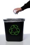 A mão com recicl o balde do lixo Fotografia de Stock Royalty Free