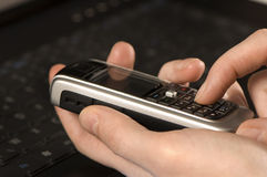 Mão com telemóvel Fotos de Stock