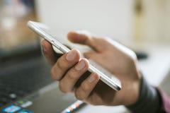 Mão com telemóvel imagens de stock