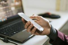 Mão com telemóvel imagem de stock royalty free