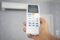Mão com temperatura de controle remoto Foto de Stock Royalty Free