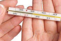 Mão com termômetro Fotografia de Stock Royalty Free