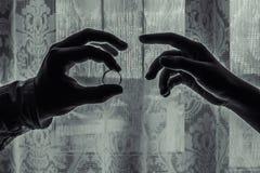 Mão com um anel de noivado foto de stock