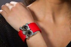 A mão com um bracelete vermelho Fotografia de Stock