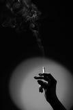 Mão com um cigarro fotografia de stock
