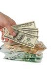 Mão com um grupo de contas de dólar foto de stock