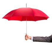 Mão com um guarda-chuva vermelho imagens de stock royalty free