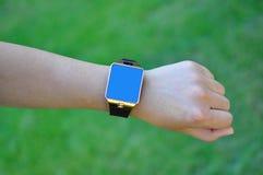 Mão com um relógio esperto Fotografia de Stock