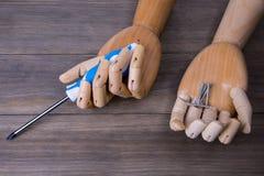 Mão com uma chave de fenda e alguns parafusos Fotografia de Stock Royalty Free