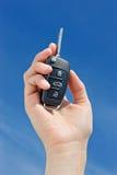 Mão com uma chave do carro imagens de stock royalty free