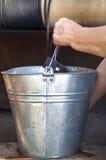 Mão com uma cubeta da água Imagem de Stock
