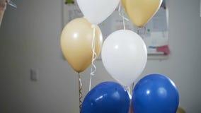 A mão com uma faca perfura os balões e foram fundidos afastado e explodem Movimento lento vídeos de arquivo