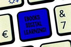 Mão conceptual que escreve a exibição Ebooks Digital que aprende A publicação do livro de texto da foto do negócio fez disponível foto de stock royalty free