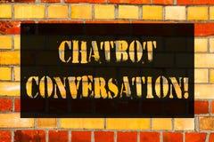 Mão conceptual que escreve mostrando a conversação de Chatbot Conversa apresentando da foto do negócio com o artificial assistent fotografia de stock royalty free