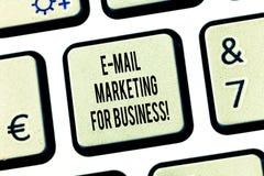 Mão conceptual que escreve o mercado do e-mail da exibição para o negócio Enviamento de texto da foto do negócio como a campanha  foto de stock royalty free