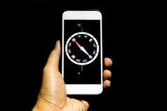 Mão conceptual que guarda o telefone celular com navegação c do destino foto de stock