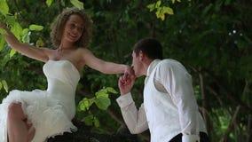 Mão considerável de Kisses Blonde Bride do noivo vídeos de arquivo