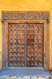 A mão crafted a porta de madeira em Stonetown em Zanzibar fotografia de stock royalty free