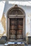A mão crafted a porta de madeira em Zanzibar foto de stock