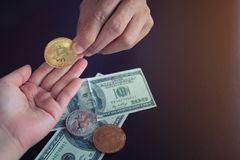 A mão dá o bitcoin em cédulas de cem dólares troca Imagem de Stock Royalty Free