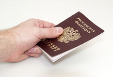 A mão dá o passaporte Foto de Stock Royalty Free