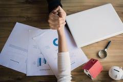 Mão da agitação das mulheres de negócios no escritório Fotos de Stock