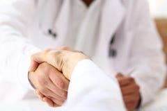 Mão da agitação do doutor como olá! com o paciente no escritório Fotografia de Stock Royalty Free