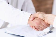 Mão da agitação do doutor como olá! com paciente Foto de Stock