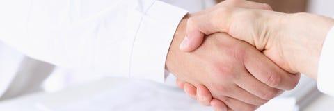 Mão da agitação do doutor como olá! com paciente Fotografia de Stock Royalty Free
