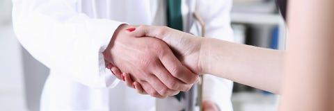Mão da agitação do doutor como olá! com paciente dentro Fotografia de Stock Royalty Free