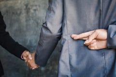 A mão da agitação do homem de negócios e trai Imagem de Stock