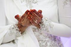 Mão da aliança de casamento da noiva Fotos de Stock Royalty Free