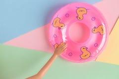 Mão da boneca com sumário minimalistic do flutuador inflável da associação imagem de stock royalty free
