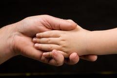 Mão da criança adulta da terra arrendada da palma Imagem de Stock Royalty Free