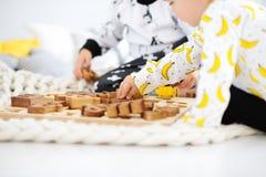 Mão da criança com letras de madeira imagem de stock