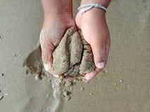 Mão da criança, crianças que jogam a areia imagem de stock royalty free