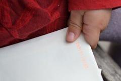 A mão da criança que guarda um envelope imagem de stock royalty free