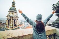 Mão da elevação da mulher acima com vista bonita na cidade europeia velha Imagens de Stock Royalty Free