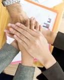 Mão da equipe do negócio que mostra a unidade fotos de stock royalty free