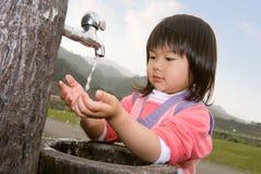 Mão da lavagem do bebê Imagem de Stock Royalty Free