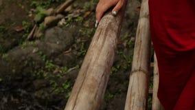 Mão da menina na ponte no movimento lento dos drees vermelhos video estoque