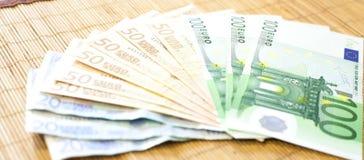 Mão da menina que dá euro do dinheiro Fotografia de Stock Royalty Free